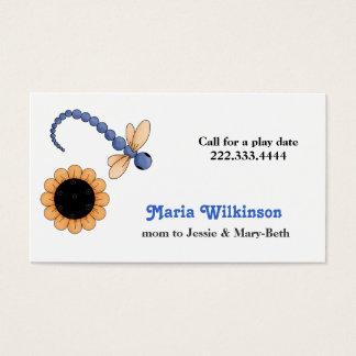 Cartão bonito das mamães da libélula e da flor