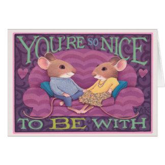 Cartão casal do rato em um sofá