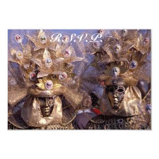 Cartão Casal Venetian com os trajes dourados do carnaval