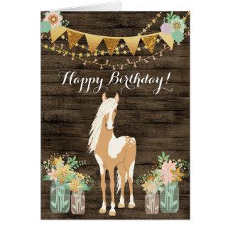 Cartão Cavalo bonito e aniversário de madeira rústico das