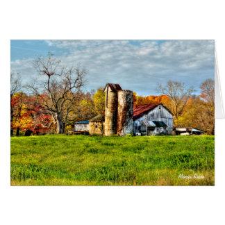 Cartão Celeiro resistido no outono