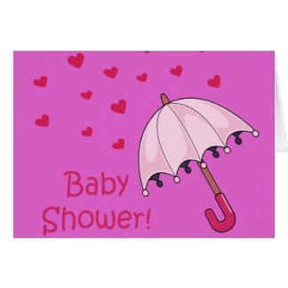 Cartão chá de fraldas cor-de-rosa que chove corações