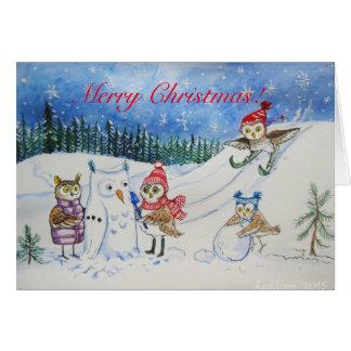 Cartão Corujas do Natal que jogam na neve