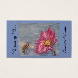 Cartão De Visitas Abelha que zumbe em um wildflower da pradaria no