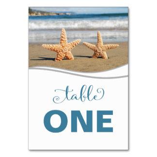 Cartão do número da mesa da praia do casal da cartão
