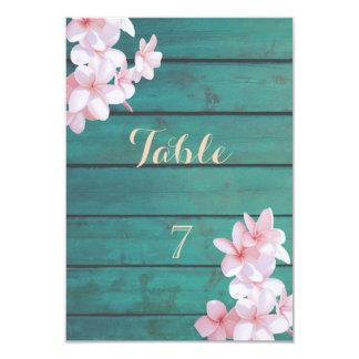 Cartão Flores tropicais românticas, textura de madeira,