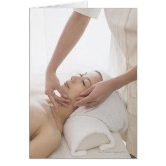 Cartão Jovem mulher que tem a massagem facial