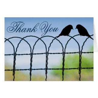 Cartão Lovebirds no obrigado do casamento do país da