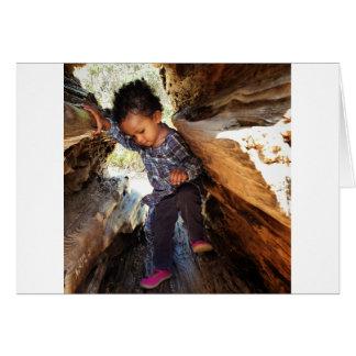 Cartão Menina em uma árvore