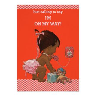 Cartão Menina étnica em vigas cor-de-rosa vermelhas do