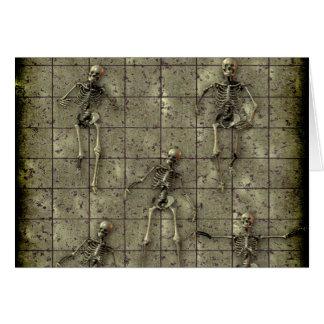 Cartão Metal oxidado com esqueletos