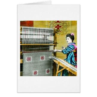 Cartão Mulher japonesa do vintage que usa um moinho de