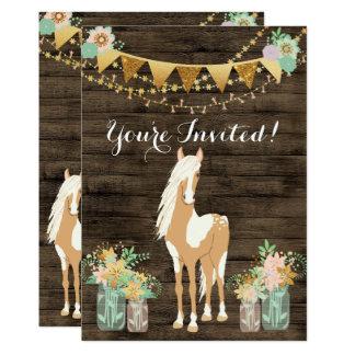 Cartão O cavalo bonito, flores, aniversário de madeira
