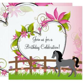 Cartão O cavalo cinzento bonito, flores, aniversário do