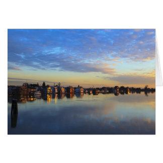 Cartão O Rio Fraser, barcos de casa no por do sol