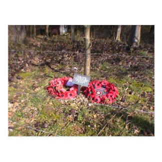 Cartão Postal As grinaldas colocaram na madeira alta no Somme