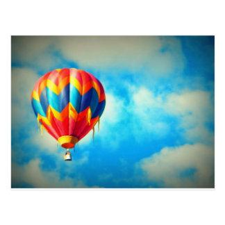 Cartão Postal Balão de ar quente no alto no céu azul