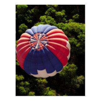 Cartão Postal Balão de ar quente que Ballooning acima das