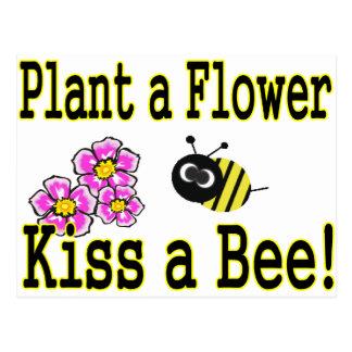 Cartão Postal Beije uma abelha com flores cor-de-rosa
