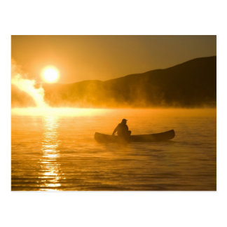 Cartão Postal Canoeing na baía do lírio no nascer do sol, lago