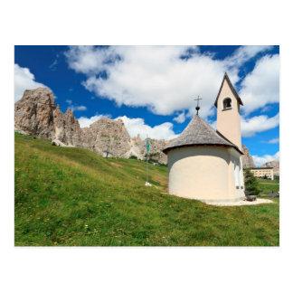 Cartão Postal capela pequena nas dolomites