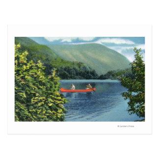 Cartão Postal Casal que Canoeing em um lago