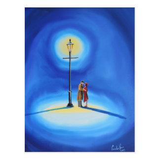 Cartão Postal Casal romântico sob uma lâmpada de rua