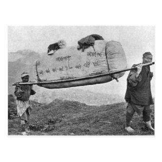 Cartão Postal Coolies que levam o algodão, 1901 (foto de b/w)