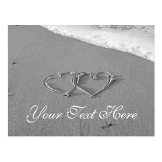 Cartão Postal Corações entrelaçados na cena romântica da praia