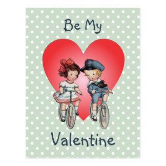 Cartão Postal Crianças dos namorados do vintage em bicicletas