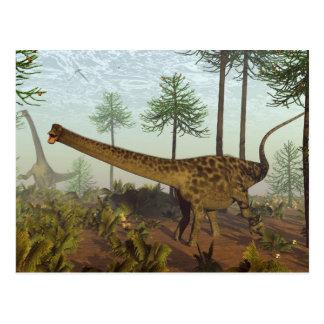 Cartão Postal Dinossauros do Diplodocus entre as árvores da