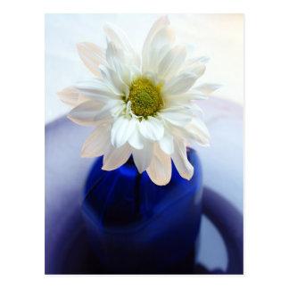 Cartão Postal Do vaso floral do cobalto do vintage da margarida