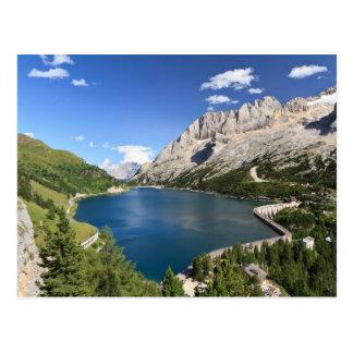 Cartão Postal Dolomites - lago e passagem Fedaia