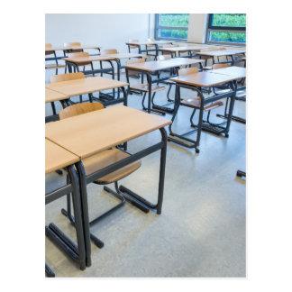 Cartão Postal Fileiras das mesas e das cadeiras na sala de aula