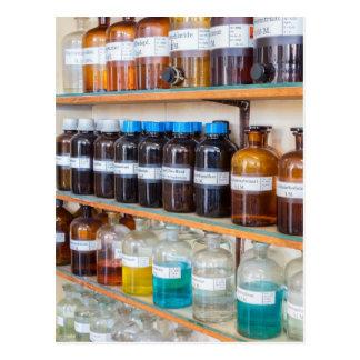 Cartão Postal Fileiras dos produtos químicos fluidos em umas