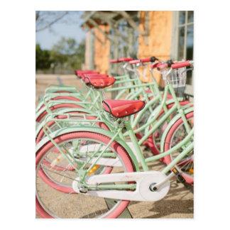 Cartão Postal Hortelã do vintage e bicicleta cor-de-rosa