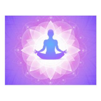 Cartão Postal Ilustração floral roxa da arte da harmonia da ioga