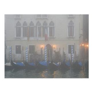 Cartão Postal Italia, Veneza. Uma fileira das gôndola vistas