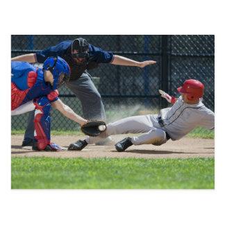 Cartão Postal Jogador de beisebol que desliza na placa home