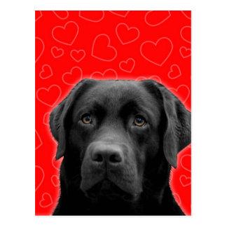 Cartão Postal Labrador preto com corações vermelhos