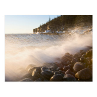 Cartão Postal Lavagens do surf sobre os cobblestones no