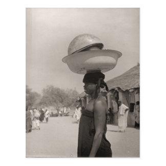 Cartão Postal Mulher do vintage em um mercado africano