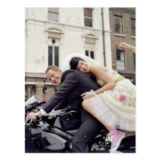 Cartão Postal Noivos no velomotor, sorrindo, retrato