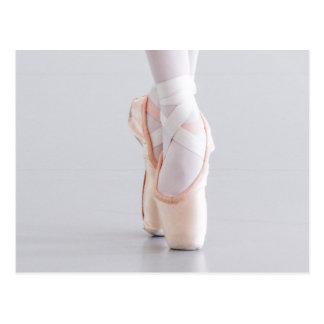 Cartão Postal O dançarino de balé Pointe calça deslizadores