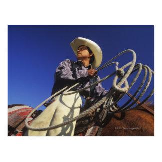 Cartão Postal Opinião de baixo ângulo um vaqueiro que monta um