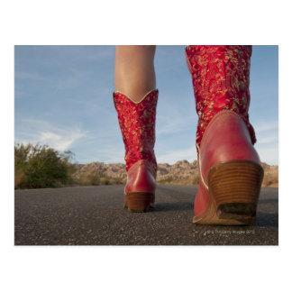 Cartão Postal opinião do Baixo-ângulo a mulher que veste botas