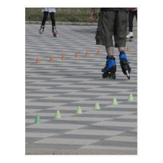 Cartão Postal Pés da cara em skates inline. Patinadores Inline