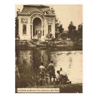 Cartão Postal Soldados aliados que nadam em um lago do castelo
