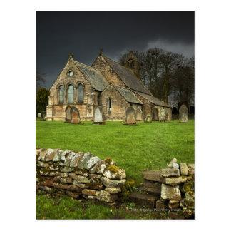 Cartão Postal Uma igreja velha sob um céu escuro