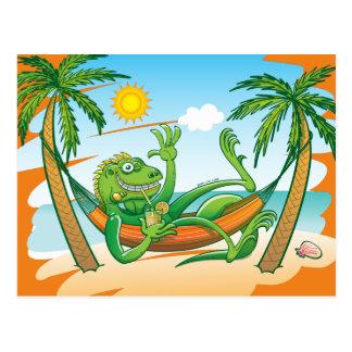 Cartão Postal Verão preguiçoso da iguana na praia